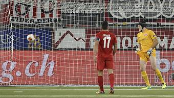 Thuns Goalie Guillaume Faivre schaut dem Ball beim 0:1 hinterher.