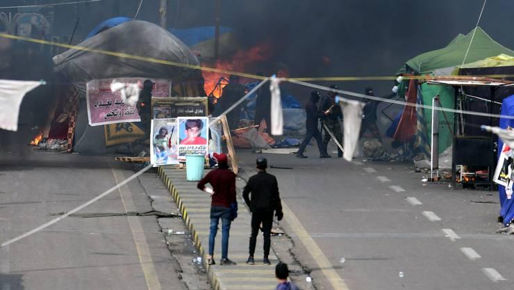 Bei Protesten in Bagdad kam es zu gewalttätigen Ausschreitungen zwischen Protestierenden und Polizei. (Bild: Keystone)
