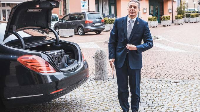 Aufgetaucht: Bundesrat Ignazio Cassis auf dem Weg zu einer Medienkonferenz zur Coronakrise in Bellinzona. Im Kofferraum des Bundesratsautos zwei Beatmungsgeräte aus den Beständen des Bundes.