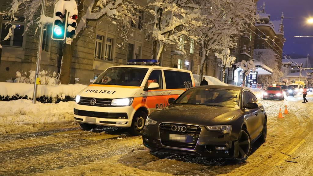 Mit Sommerpneus verunfallt – in Polizeiauto und Bus geprallt