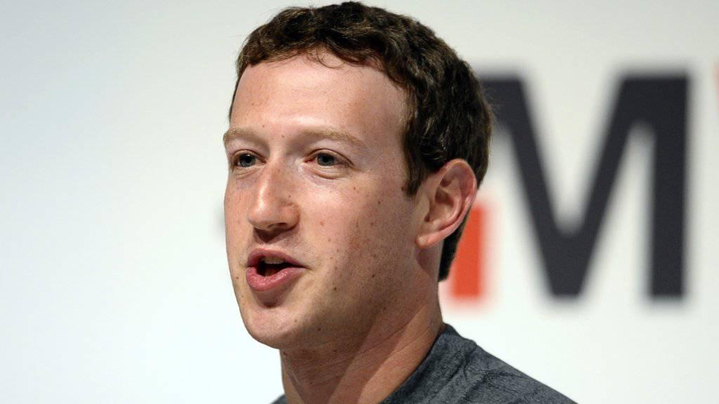 Facebook-CEO Mark Zuckerberg schützt seine Privatsphäre mit einfachen Mitteln - einem Stück Klebeband. (Archivbild)