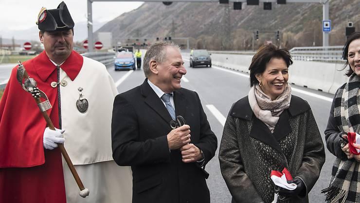 Im Beisein von Bundesrätin Doris Leuthard (zweite von rechts) ist am Freitag ein Teilstück der Autobahn A9 im Oberwallis eingeweiht worden.