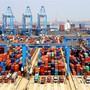 Der Containerhafen in Qingdao: Über die neue Seidenstrasse sollen auch von hier aus chinesische Produkte in die Welt hinaus gehen. Imago Images
