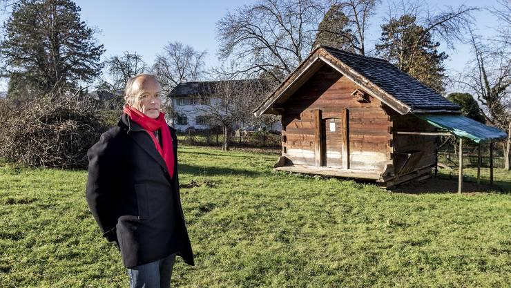 «Man könnte das Grundstück auch verkaufen und erhielte dann die übliche Bauweise und Nutzung»: Lorenz Kober auf seinem Land. Der Stall soll zwar leicht versetzt werden, aber stehen bleiben.