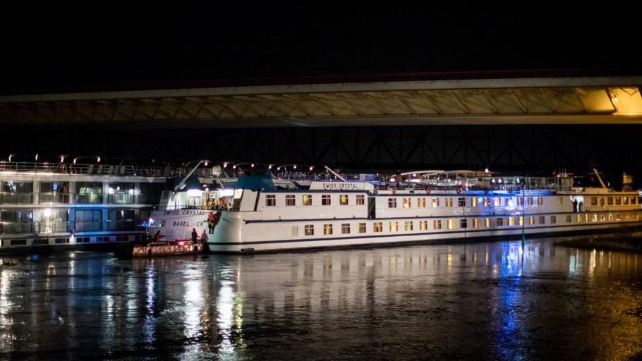 Ein Hotelschiff fuhr in einen Brückenpfeiler.