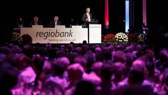 Mehr als 1200 Aktionärinnen und Aktionäre verfolgten in der Eishalle Zuchwil die Ausführungen von Felix Leuenberger und Markus Boss.