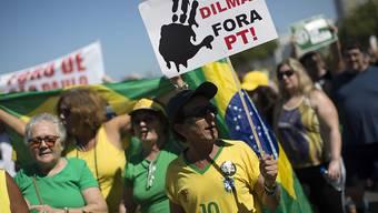 """""""Dilma raus! Arbeiterpartei raus!"""" - mit solchen und ähnlichen Transparenten gehen in Brasilien Zehntausende auf die Strasse und protestieren gegen die amtierende Präsidentin Dilma Rousseff."""