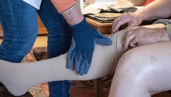 Wer bezahlt künftig, wenn eine Spitex-Mitarbeiterin Pflegematerial anwendet? (Archivbild)