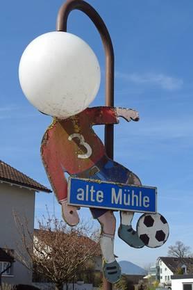 Fussballer mit hellem Kopf