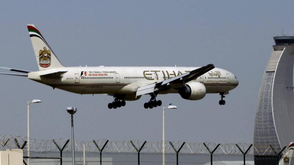Ein Flugzeug landet am Flughafen von Abu Dhabi in den Vereinigten Arabischen Emiraten - Abu Dhabi gehört zu den zehn Flughäfen, von denen aus keine grösseren elektronischen Geräte ins Handgepäck genommen werden dürfen. (Archiv)