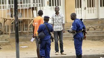 Polizisten verhaften in der burundischen Hauptstadt Bujumbura einen Mann. Während der Wahlen 2015 soll es zu Verbrechen gegen die Menschlichkeit in dem ostafrikanischen Land gekommen sein, wie eine UNO-Kommission berichtet. (Archiv)