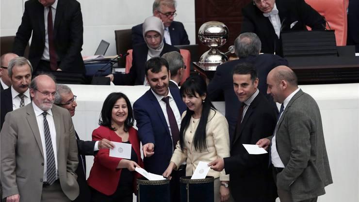Ihr Votum nützte nichts: Kurdische Parlamentarier bei der Abstimmung. keystone