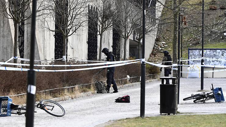 Schwedische Ermittler am abgesperrten Ort der Explosion in Stockholm