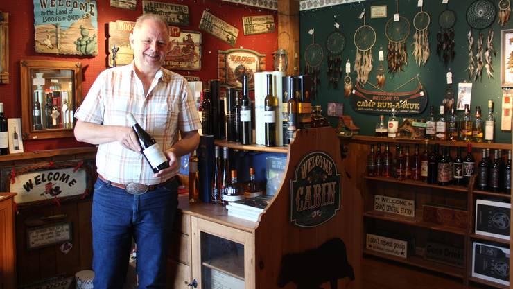 """Max Wohlwend in seinem Merenschwander Kanada-Laden """"Country Seasons"""", zu dem auch das Reisebüro West Canada Travels gehört."""