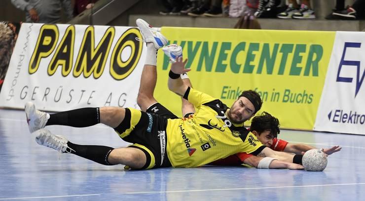 Harter Fight um jeden Ball: HSC-Flügel Timothy Reichmuth (hinten) ring am Boden mit Otmar-Spieler Rares Jurca um den Ball.