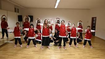 """Die Kids-Gruppe """"rabbiZ"""" posiert im Probenraum zusammen mit den Tanzlehrerinnen Anina Burki und Sarah Cattin (Mitte)"""
