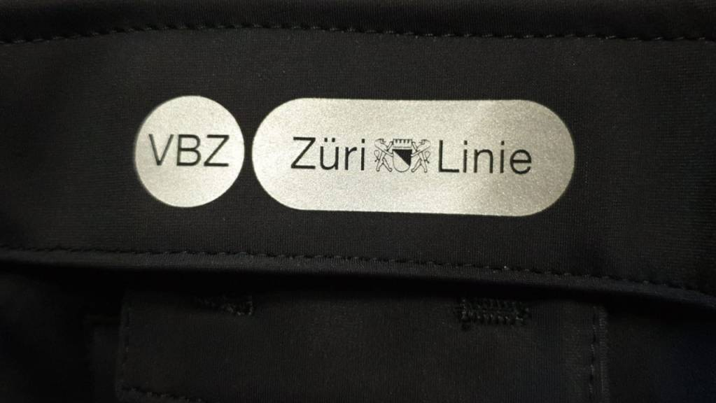 Das Negativ-Logo funktioniert auf den dunkelblauen Jacken nicht: Blau und weiss wirken vertauscht.