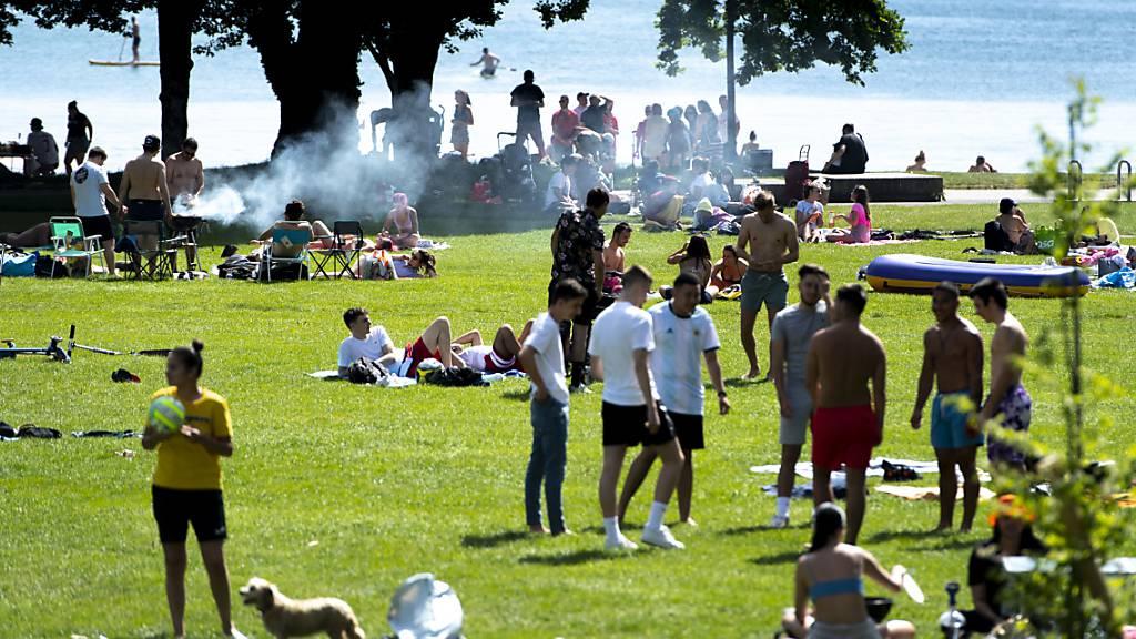 Lassen sich vom Bundesrat nicht vorschreiben, wie sie einen sommerlichen Sonntag zu verbringen haben: junge Leute in Lausanne am See. Schliesslich nimmt die vom Bundesamt für Gesundheit (BAG) veröffentlichte Zahl der Coronavirus-Neuansteckungen immer weiter ab.