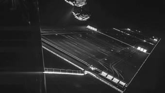 """""""Selfie"""" von der Rosetta-Sonde mit dem Kometen Tschuri aus einer Entfernung von 16 Kilometern, aufgenommen am 7. Oktober 2014. Zu erkennen ist, wie der Komet im Hintergrund Wasser und Staub ausgast."""
