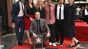 """Jim Parsons, kniend, mit seinen Kollegen und Kolleginnen aus """"The Big Bang Theory"""": Er war letztes Jahr der US-TV-Star, der am meisten verdiente. (Archivbild)"""