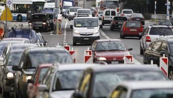 In Zürich kämpfen sich täglich tausende Pendler durch den Verkehr (Archiv)