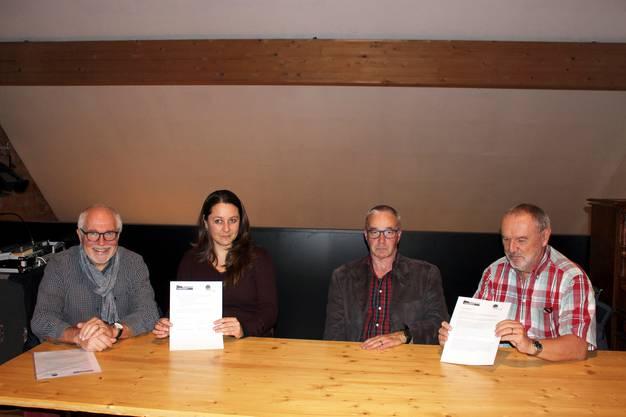 Zusammenarbeit vereinbart (von links): Rudolf Lüscher, Präsident, und Patrizia Solombrino, Geschäftsführerin, vom Rehmann-Museum, und Martin Willi, Be-triebsleiter, und Walter Marbot, Präsident, von der kultSCHÜÜR.