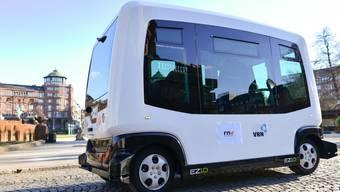 Autonome Fahrzeuge wie dieser Roboterbus könnten Ziele von Hackerangriffen werden, warnen deutsche Versicherer. Im schlimmsten Fall könnten damit ferngesteuerte Terroranschläge verübt werden. (Symbolbild)