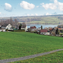 Die 1,9 Hektaren grosse, traumhaft gelegene «Tschuepli»-Wiese soll überbaut werden. Allerdings weniger dicht, als angedacht.
