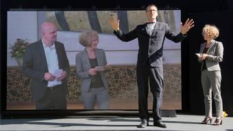Eine Eröffnung ohne durchschnittenes Band und lange Reden: Zürichs Stadtrat Michael Baumer und Stadtpräsidentin Corine Mauch, Moderator Peter Hitzig und Mauch ein zweites Mal (von links nach rechts).