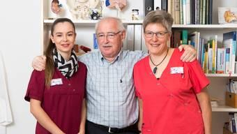 Hängt den Arztkittel an den Nagel: Peter Horowitz mit Praxisleiterin Bianca Meier (l.) und Praxisassistentin Monica Bächli.