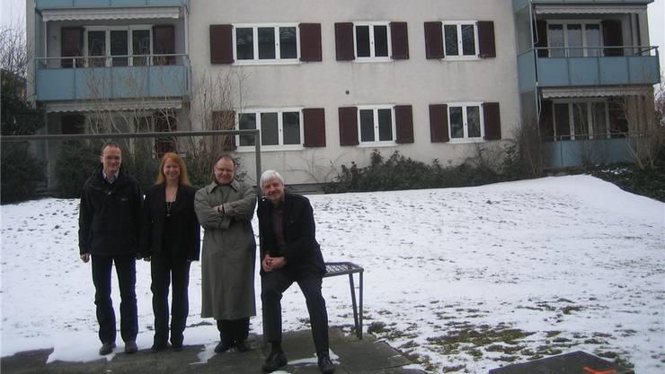 Vor dem bereits leeren Abbruchgebäude trafen sich Projektleiter Jan Schlüter, Geschäftsführerin Sonja Fuchss, WGL-Vizepräsident Emanuele Soldati und Präsident Charly Suter zu einem Augenschein. do