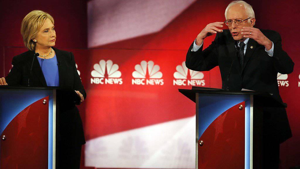 Die vierte TV-Debatte der US-Demokraten geriet zum Duell zwischen Hillary Clinton und Bernie Sanders: Es ging um Waffen und das Gesundheitssystem.
