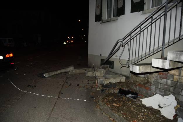 An der Treppe entstand hoher Sachschaden.