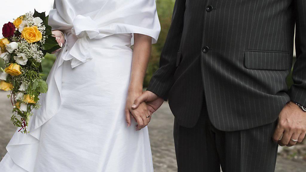 Nach dem Nein zur CVP-Initiative bleibt die Frage, wie die Heiratsstrafe beseitigt werden kann. Die getrennte Besteuerung der Ehegatten, die so genannte Individualbesteuerung, ist eine Möglichkeit. (Symbolbild)