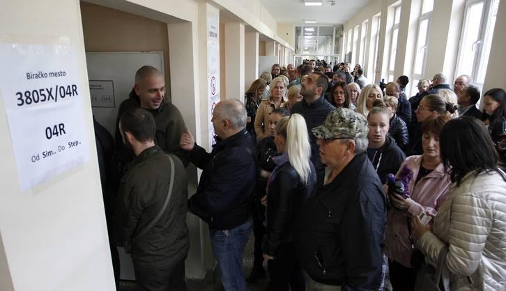 Grosser Ansturm vor den Wahllokalen. Rund 1,9 Millionen Bürger sind dazu aufgerufen, ihre Stimme abzugeben.