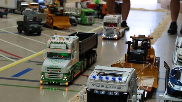 Muri: Dutzende Modell-Trucker kurven durch die Turnhalle