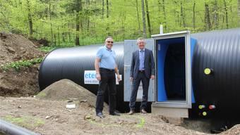 Vor dem neuen Reservoir stehen Eduard Keller (l.), Niederlassungsleiter Porta AG, und Neuhof-Gesamtleiter Daniel Büchi. CM