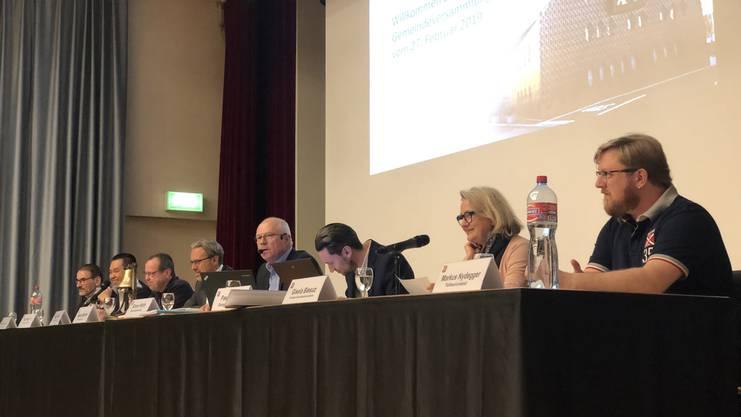 Der Gemeinderat hatte am Mittwoch einen ruhigen Abend. Nur Gesundheitsvorsteherin Gisela Biesuz (SVP, zweite von rechts) präsentierte das einzige Geschäft des Abends.