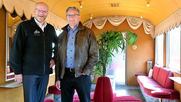 Markus Schindelholz (l.) und Stephan Berger im Salonwagen der OeBB, der auch in der Sendung zu sehen sein wird.