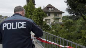 Ein Polizist sichert die Umgebung des Kinderheims  in Spiez. (Archiv)