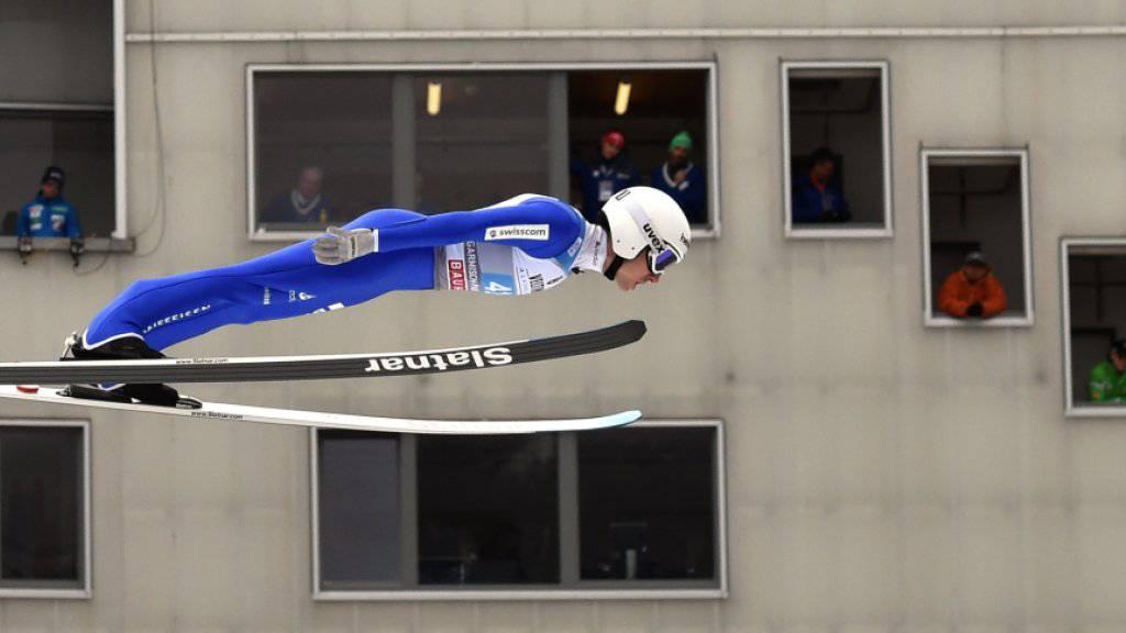 Die Punkterichter in Garmisch-Partenkirchen schauen ganz genau: Simon Ammann segelt vorbei.