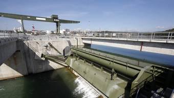Blick auf das Schweizerisch-Deutsche Wasserkraftwerk Rheinfelden am Rhein.