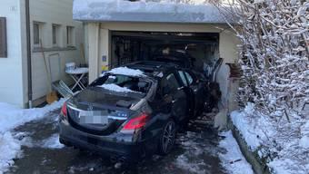 An den Autos und an der Garage entstand grosser Sachschaden.