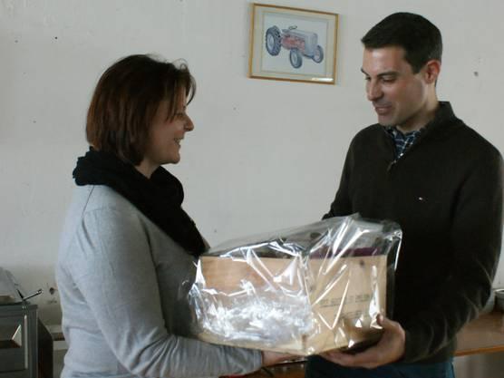 """Claudia Hauser übereicht Thierry Burkart """"Allerlei"""" von Koblenz bis Chiasso"""