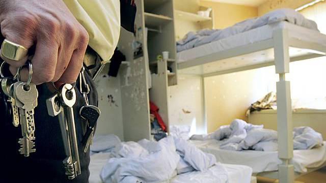 Der Häftling hat die Bettdecke und das Kopfkissen angezündet. (Symbolbild)