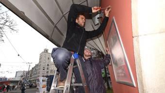 Bald gibts am Aeschenplatz Internet: Zwei Handwerker montieren eine der ersten von 20 Boxen.