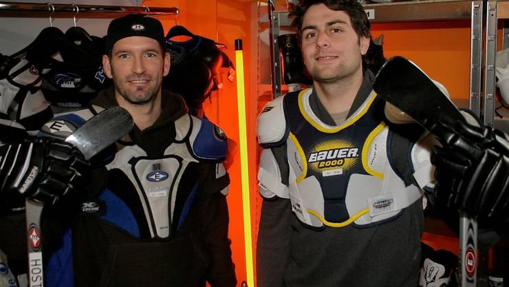 Noël Guyaz (links) und Thomas Walser verkaufen Hockeyutensilien.  zvg Noël Guyaz (links) und Thomas Walser verkaufen Hockeyutensilien.  zvg