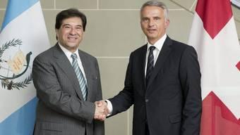 Der guatemaltekische Aussenminister Harold Caballeros (l.) und Bundesrat Didier Burkhalter in Bern