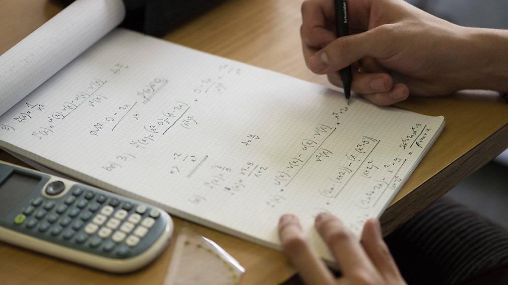 Viele Schülerinnen und Schüler in der Schweiz sind mit anspruchsvolleren Mathematikprüfungen überfordert. Das zeigt eine neue Studie. (Themenbild)