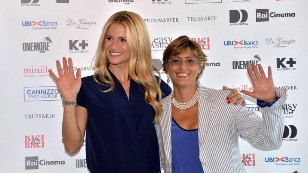 Michelle Hunziker (l) und ihre Anwältin Giulia Bongiorno letztes Jahr auf der Biennale Venedig. Mittlerweile haben die beiden Ernsteres zu tun: Hunziker ist der Verleumdung angeklagt. (Archivbild)